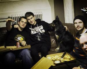 Grabbarna samlade i studion på tingshuset tillsammans med studiovovven Birp.