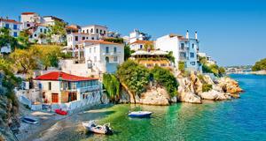 Nu går resorna åt. Lättast att fynda är det till stora resmål som Grekland, Turkiet och Mallorca. Här Skiathos.