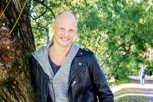 När Tobias Karlsson inte dansar till den musik han hör så lyssnar han gärna på Lars Winnerbäck. Annars är schlager en favorit.