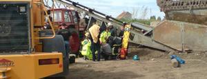 En man fastnade i dag under en traktor vid en arbetsplatsolycka på Ahlsell i Sandviken.