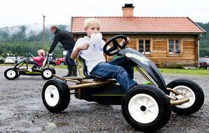 Jacob Fransson, 7 år, Färila, passar lämpligt nog på att äta sockervadd samtidigt som han tar sig en färd på trampbilen.