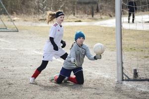 Emmylou Andersson Harström var nära att utöka Alnös ledning, men Selångers målvakt hade lite tur med bollstudsen.