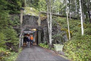 Innanför den här porten öppnar sig jättestora bergrum som användes av militären så sent som 2005.