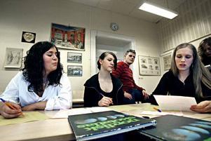 Från vänster till höger: klasskamraterna Ebba Noland och Susanne Södergren från Vasaskolan jobbar i workshop tillsammans med Therese Holmgren från Torsbergsgymnasiet i Bollnäs. I bakgrunden syns läraren Ingvar Nilsson.
