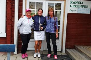 Från vänster: Eva Dahlgren (Funäsfjällens GK, tvåa), Lena Nilson (Klövsjö-Vemdalens GK, vinnare) och Marie Fermbäck (Hede-Vemdalens GK, trea)