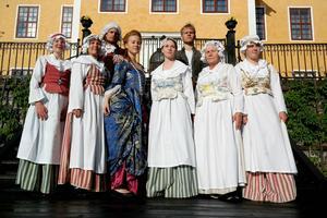 Ensemblen framför Lövstabruks herrgård där historien om prinsbesöket 1768 utspelar sig.