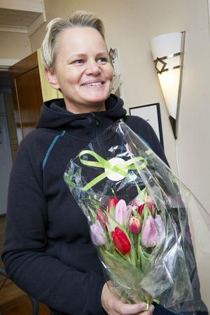 Helen Lahtinen blev både glad och rörd över tulpanbuketten.