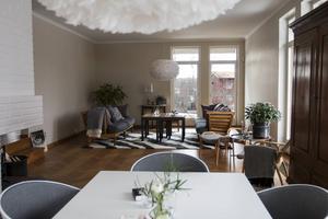 Det stora vardagsrummet. Möbler från Norrgavel. Mattan från Karin Bärnsten. Lamporna i taket är Vita lampor. Filtarna från Klippan.