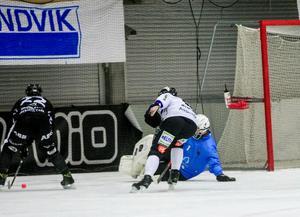 Dennis Henriksen nära att göra mål, men målvakten i Sirius Henrik Kjellsson räddar.