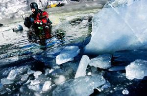 LT besökte förra vintern dykexpeditionen uppe i Frostviken. Det här året hoppas de kunna ta sig fram till älvfåran.   Foto: Henrik Flygare