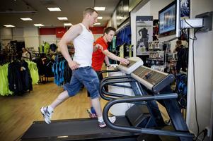 I vissa affärer kan du prova träningsskorna på löpband.