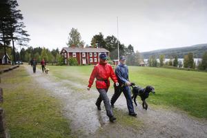 Lena Eriksson och Britt-Marie Wiman trotsade regnet och fullföljde höstvandringen i Norrbo.