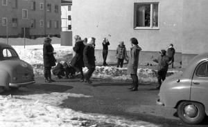 Barn leker på Götgatan när våren kom till Norrtälje 1957.