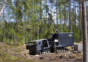 Svarta bandvagnar står utplacerade någonstans i Gävles skogar. Här borras det efter silver.