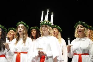 På lördagen fick en fullsatt Gävle teater se årets nyutnämnda Lucia Johanna Stålenberg göra sitt första framträdande tillsammans med sina elva tärnor.