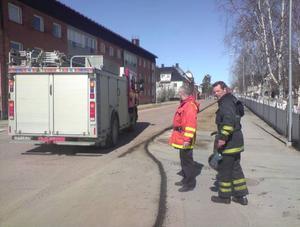 Kalle Solsten och Henrik Ingvarsson konstaterade att en av kommunens sopmaskiner läckt ut olja inne i centrala Sveg.