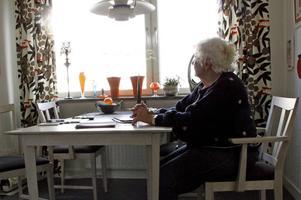 Avståndet mellan dem är bara drygt en mil men nu tillåts bara Maj-Britt Andersson besöka sin funktionshindrade son vid två tillfällen per månad.