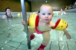 Badglada barn. De små har jätteroligt när de kommer till babysimmet i Sporthallen. Här är det lilla Elvira Östlund, 13 månader, som vill titta närmare på tidningens fotograf och hans stora kamera.