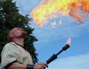 Glödhett gycklarspelMedeltidsveckan i Arboga bjöd på varmt mottagande genom de duktiga gycklarna som bland annat sprutade eld ur munnen.