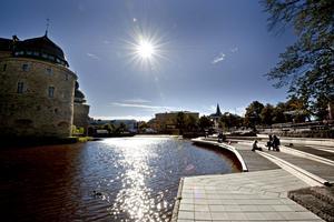 Slottet i Örebro. Till höger solbryggan vid Svartån i centrala örebro.