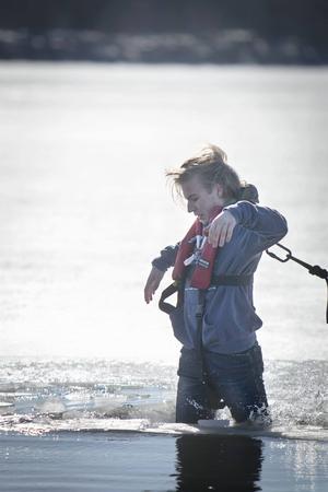 Isen var förrädisk. Vissa hann inte ens komma fram till det öppna vattnet innan det brakade samman under fötterna.