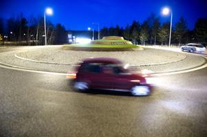 Gestaltningen av Lugnetrondellen måste göras om, det anser politikerna i trafik- och fritidsnämnden. De har tröttnat på att rondellen mest ser ut som en stridsvagn.