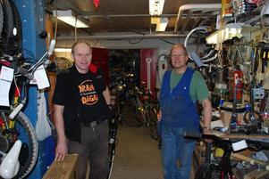 Högtryck. Jan Junell och Lars Solebrant har bråda dagar i cykelverkstaden.