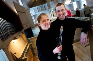 Nu lämnar de länet och flyttar hem till Danmark. Hanne Tolbøll Nielsen och Nicoali Skovgaard Nielsen gjorde gårdagens lunchkonsert i Gamla kyrkan till en avskedskonsert. Foto: Häkan LUthman