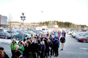 Kön ringlade sig ett hundratal meter, och fylldes på i takt med att butiken öppnat.