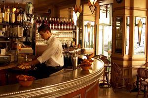 Den franska turistbyrån vill förbättra service och bemötande i Paris.