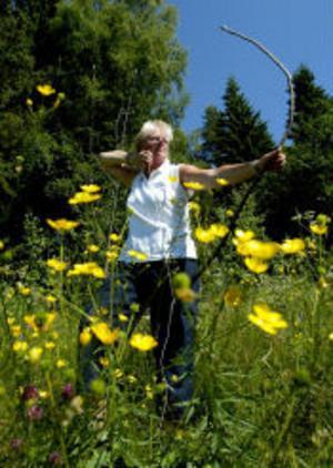 En svensk indian. Landslagskvinnan i bågskytte, Christa Bäckman, känner stolt på den första pilbåge hon någonsin gjort själv.