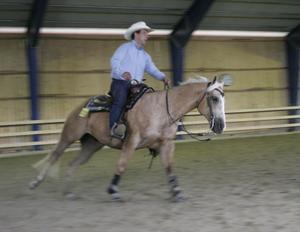 Norrlands största westerntävling i Vattlång på lördagen lockade 60 ekipage. Lars Åström tävlade i reining en gren som är den största inom westernridning. Här visar man vad hästen kan.