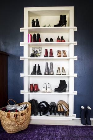Saras älskar skor. Hon har ett otroligt skominne eftersom hon minns var alla hennes ögonstenar är inköpta.