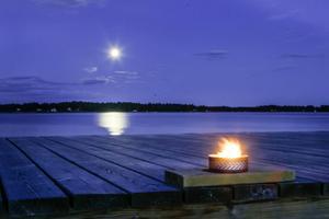 Månen sken upp badstranden vid Stenö.
