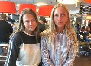 Elin Björling och Julia Lundén från Västerås hamnade mitt i terrorattacken i Barcelona. Hotellet som de bodde på låg ett hundratal meter från attentatsplatsen. De är skakade efter händelsen, men välbehållna. Här har de precis anlänt till Arlanda med flyget hem.