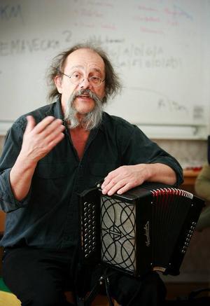 Jean-Pierre Yvert är fransman som de senaste 20 åren  fördjupat sig i svensk och skandinavisk folkmusik och som sedan ett par år bosatt sig i Gagnef i Dalarna.