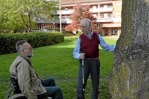 Säkerhetsmedvetna. Christer Ericson och Gösta Svensson gick tipspromenad och fick svara på kluriga frågor under seniorsäkerhetsdagen.BILD: JESSICA HENULIN