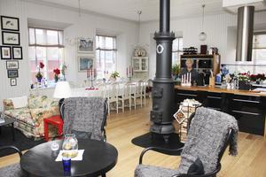 Efter. Den stora skolsalen har fått nytt golv och blivit ett kombinerat vardagsrum och kök.