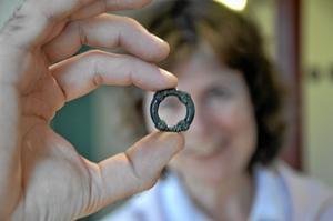 Ring av brons. Knutring i brons, också ett av alla fynden i Råsvalslund.