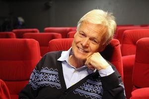 Anders Hanser är på väg på en resa till bland annat Påskön inför filmen Jorden runt på 80 minuter.