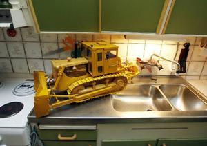 På diskbänken har Göte ställt en Caterpillar han byggde på 70-talet. De flesta maskiner han byggt är bandtraktorer och grävskopor.