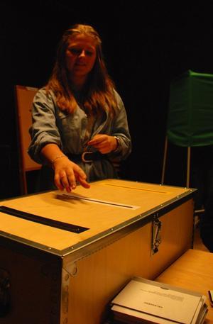 Sophia Petterson i klass 9b avlägger sin röst. Foto:Seth Jansson