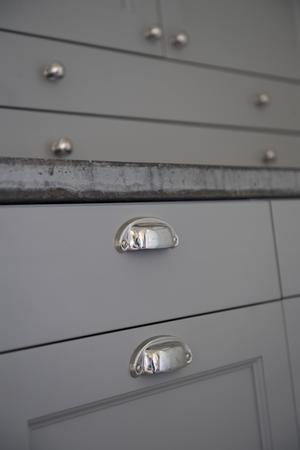 Genom kontakter fick Doreen Månsson tips om en möbelsnickare på Gotland som har byggt och handmålat köksskåpen.