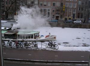 Turistbåt som agerar isbrytare i kanalen utanför vårt fönster.