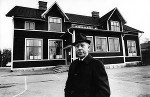 Jakobsbergs första skola. Helmer Gustafsson framför den skola där han var tillsynslärare i många år. I slutet av 1940-talet började han på Herrgärdsskolan. Bilden togs i november 1969, ett par månader innan den gamla träbyggnaden revs.