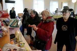 Lotteriet. Edsbergs bygdegårdsförening säljer lotter. Viola Gustavsson Lood och Berit Mähl Nyström vinner. Olle Leijonborg delar ut vinsterna.