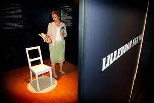 """Anna-Karin Johansson vid Forum för levande historia presenterar utställningen """"Lillebror ser dig"""" som öppnats på länsbiblioteket."""