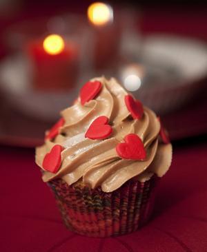 Söta sockerhjärtan vilar lätt på grädden, som är blandad med smält pepparkaksdumlekola och kallas fluff i cupcake-svängen.