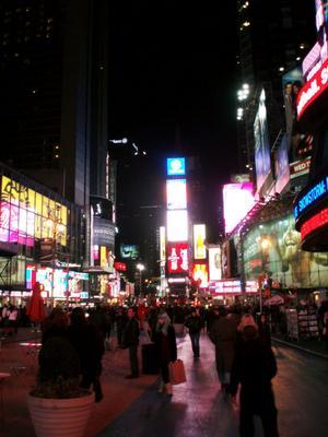 Times Square by night. Pulserande av liv. Turistfälla? I alla fall ett måste för varje besökare.