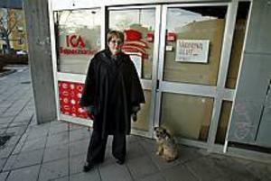 Ett öde torg tycker de flesta är trist. För många pensionärer är utarmningen av stadsdelarna dessutom ett allvarligt problem.� Följden blir att man blir mer isolerad och sitter mest hemmavid. Det är inte bra, människan behöver träffa andra människor, säger Gunlög Söderström, ledamot i Kommunala pensionärsrådet. FOTO: LEIF JÄDERBERG